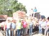 Familias de Oriente siguen recibiendo cemento a precios justos