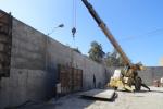 Construcción del muro perimetral en la cementera oriental
